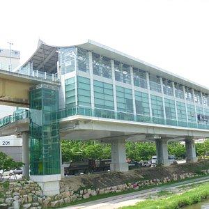 """高架駅舎(""""首露王陵""""駅)"""