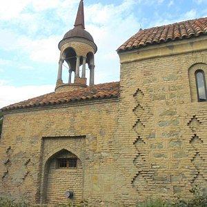 Peristsvaleba Church.  fachada e campanário