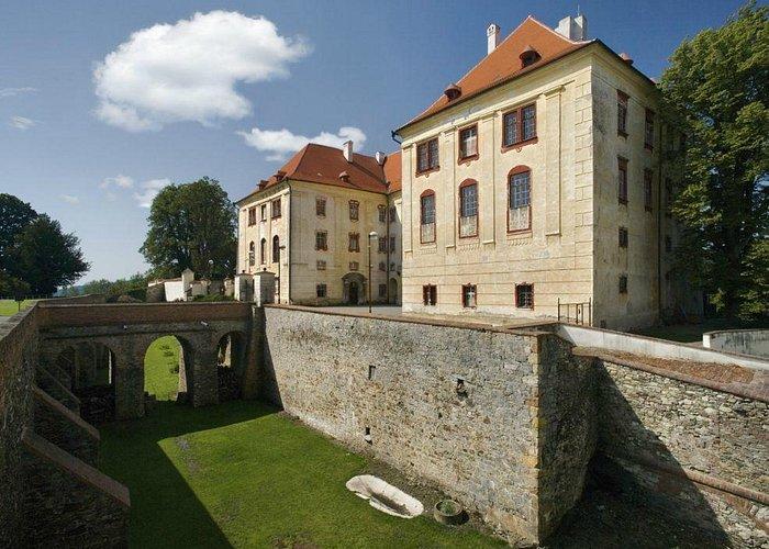 Středověký hradní příkop s hlavním průčelím Horního zámku