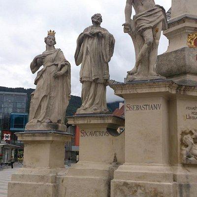 Linke Seite mit drei Heiligenfiguren (hl. Xaver, hl. Sebastian, hl. Barbara)