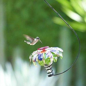 Usando vidrio y otros materiales reciclados artesanos crean nuestros comederos para colibríes!