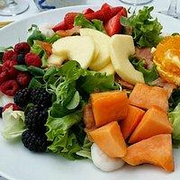 Салат с фруктами и морепродуктами — сочетание оригинальное, но по факту не сильно убедительное