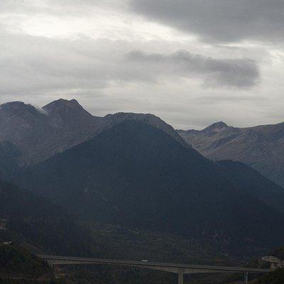 По склону горы старая дорога, по мосту Egnatia Odos