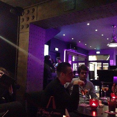 Bonne carte endroit neuf et cosy.  Grand choix de divers cocktails et whisky.