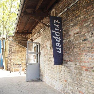 敷地の一画がTrippenのアウトレット店舗と倉庫