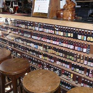 Cette collection de bouteilles de bière est bonne à boire.