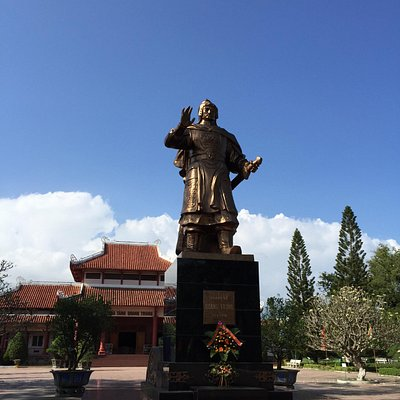 Quang Trung Statue in front of the museum