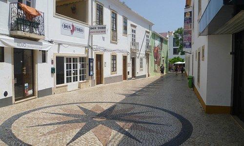 La fachada de la derecha, pertenece al Centro Cultural de Lagos
