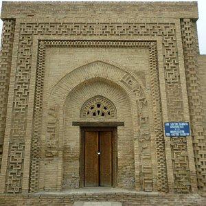 Фасад мавзолея украшен затейливым орнаментом