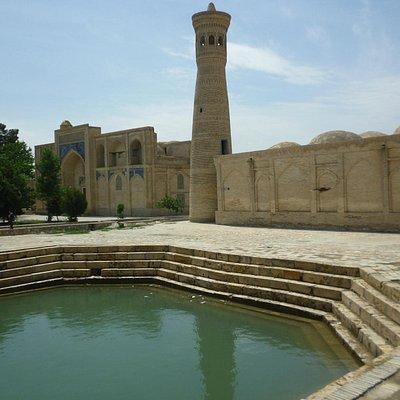 Медресе Гаукушон с минаретом, мечетью и хаузом