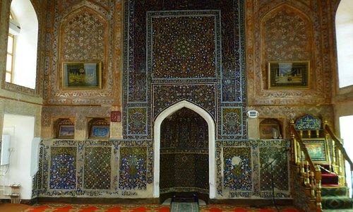 Стена мечети с михрабом