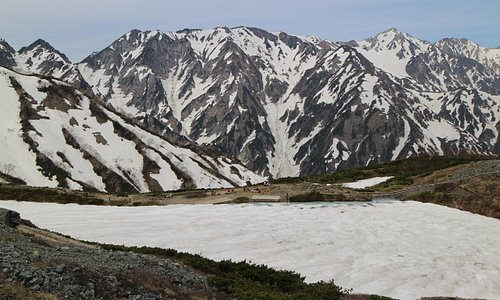 八方池は雪に覆われていました