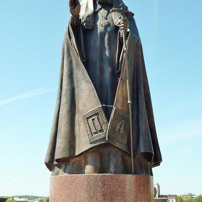 Памятник Патриарху Алексию II возле Свято-Успенского собора