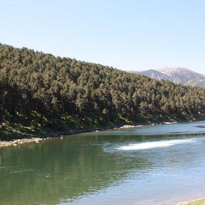 Au centre du lac, la résurgence du torrent.