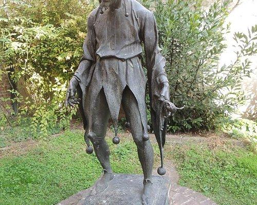 La scultura di Rigoletto...toccare la gobba porta fortuna...