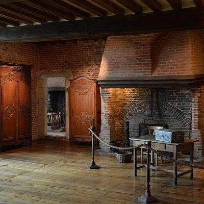 ein Hauptzimmer mit dahinter erkennbar gefangenem Turmzimmer