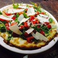 Pizza bianca pomodorini rucola e grana
