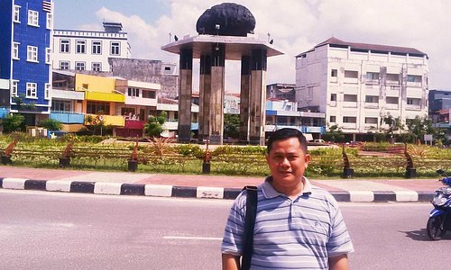 Tugu Batu Satam di tengah kota Tanjung Pandan
