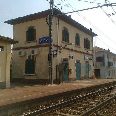 Vista esterna della stazione di Suno che ospita il Museo Ferroviario