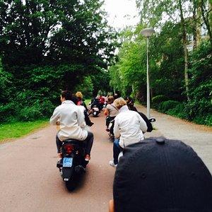 Verplaatsen in de Bijlmer achter op de scooter