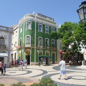 Hermoso edificio en Praça Luis de Camoes