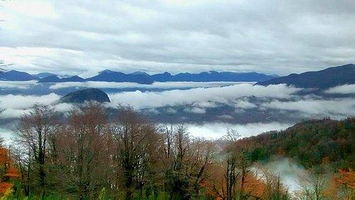 Vista desde mitad del cerro, por encima de las nubes bajas