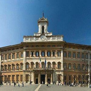 изогнутый фасад палаццо