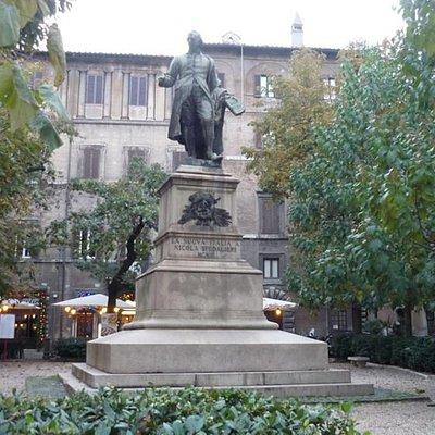 вид на площадь и статую Никола Спедальери