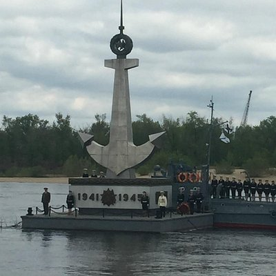 Плавучий памятник погибшим речникам на Волге