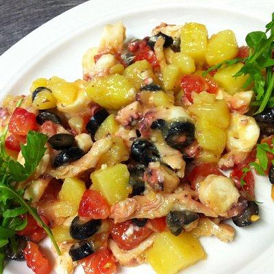Insalata di polpo con patate, olive e pomodori