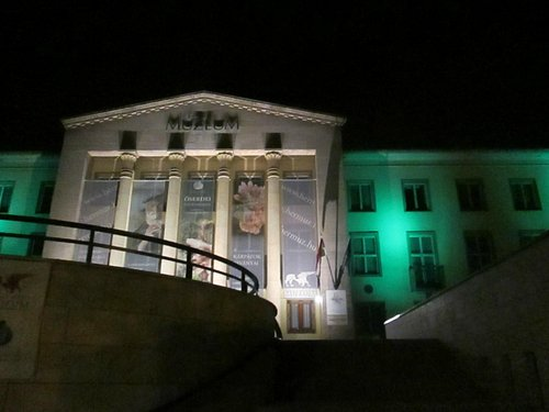 The guilding of the museum at night