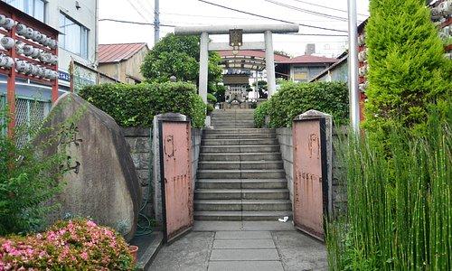 日本海軍発祥を示す旗山の碑が