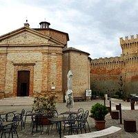 церковь и замок на главной площади деревни
