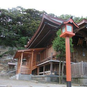 小高い丘に面した神社