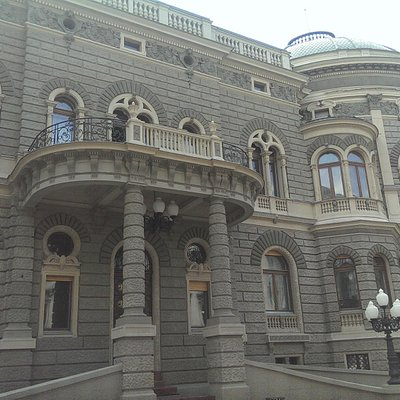 Główne wejście do Pałacu Karola Poznańskiego