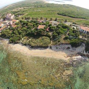 Oasi Felina di Su Pallosu, dove i gatti scendono in spiaggia.Foto da un drone,