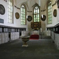 Blick in den Altarraum mit der Steinbilderbibel