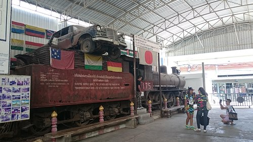 入口横の機関車