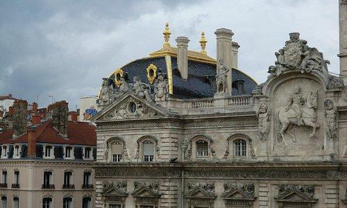Apreciar a fachada do Hotel de Villle