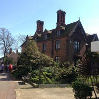A sunny morning at Leigh Library