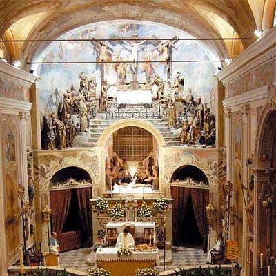 Il gruppo ligneo della crocefissione nell'abside centrale