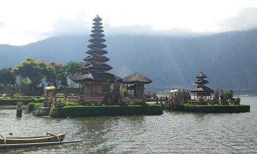 Templo de lago beratan
