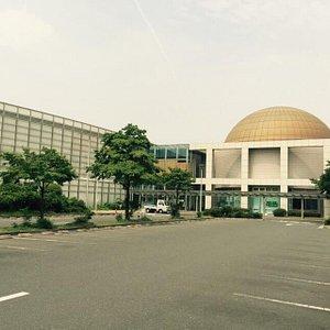 豊川市中央図書館の中に有ります。水曜日が定休日です。