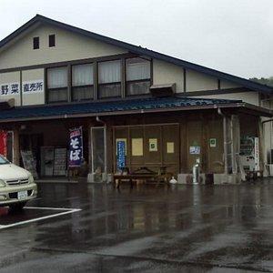 食堂、売店は勿論、木工製品、山野草、直売野菜などいっぱいです。