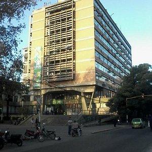 edificio municipal tomado desde el paseo sobremonte