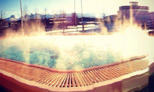 Outdoor jacuzzi in the wellnessenter. Great view to the Børvasstindene