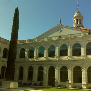 Padres Franciscanos Filipinos: patio, claustro e iglesia.