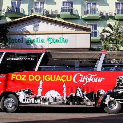 ônibus do City Tour na frente de hotel