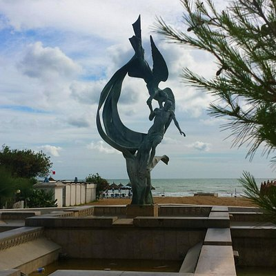 monumento sulla piazza del comune