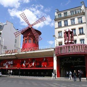 Le Moulin Rouge vu de la place Blanche